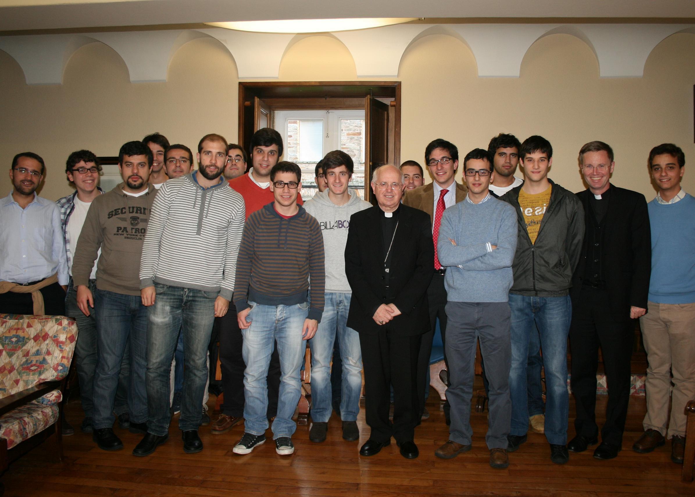 Mons. Julián Barrio Barrio, Arzobispo de Santiago de Compostela, visita el Colegio Mayor La Estila para participar en una tertulia con estudiantes universitarios.