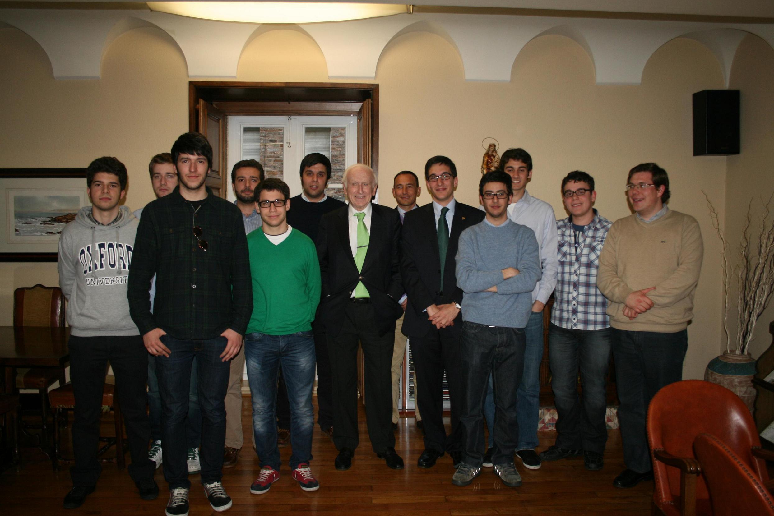 El escritor Leopoldo Abadía visita el Colegio Mayor La Estila