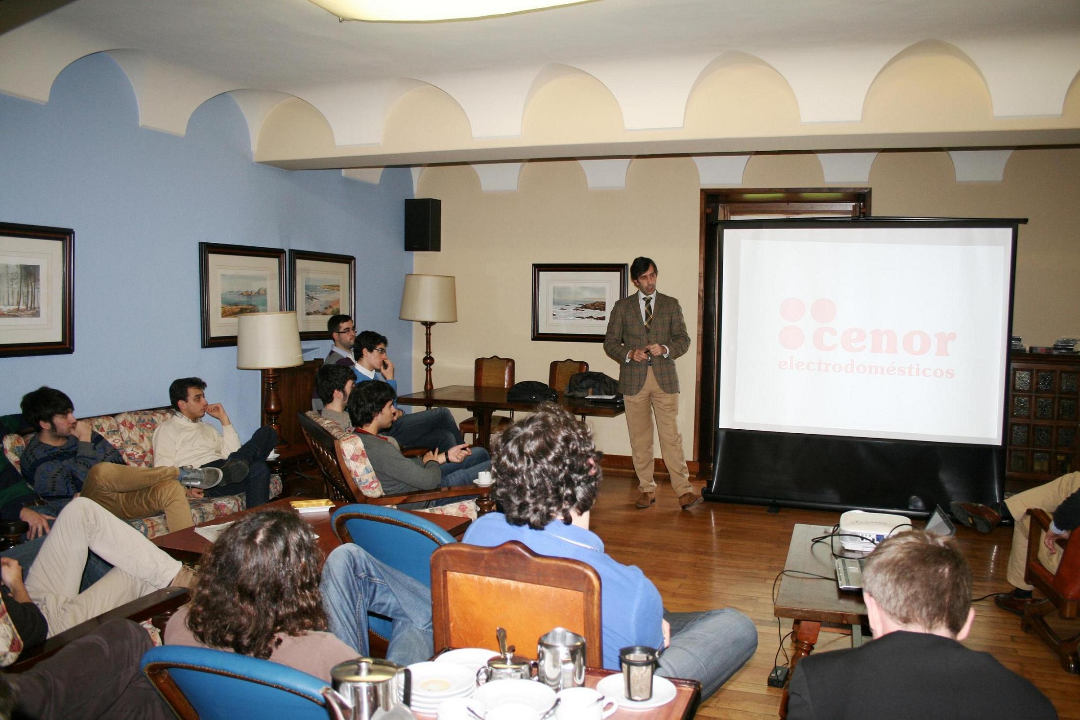 Javier González Pereira, Gerente del Grupo CENOR Electrodomésticos participa en una tertulia con estudiantes universitarios en el Colegio Mayor la Estila