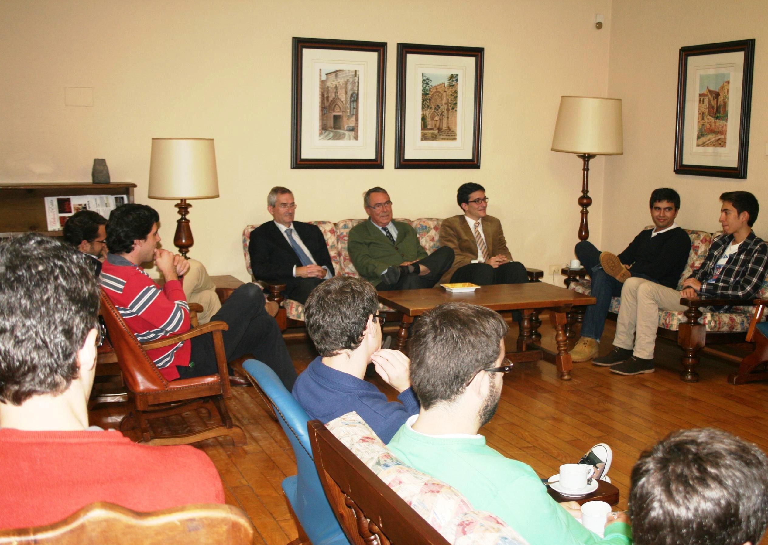 Tertulia de Juan Cuevas, Presidente del Real AEROCLUB de Santiago, en el Colegio Mayor