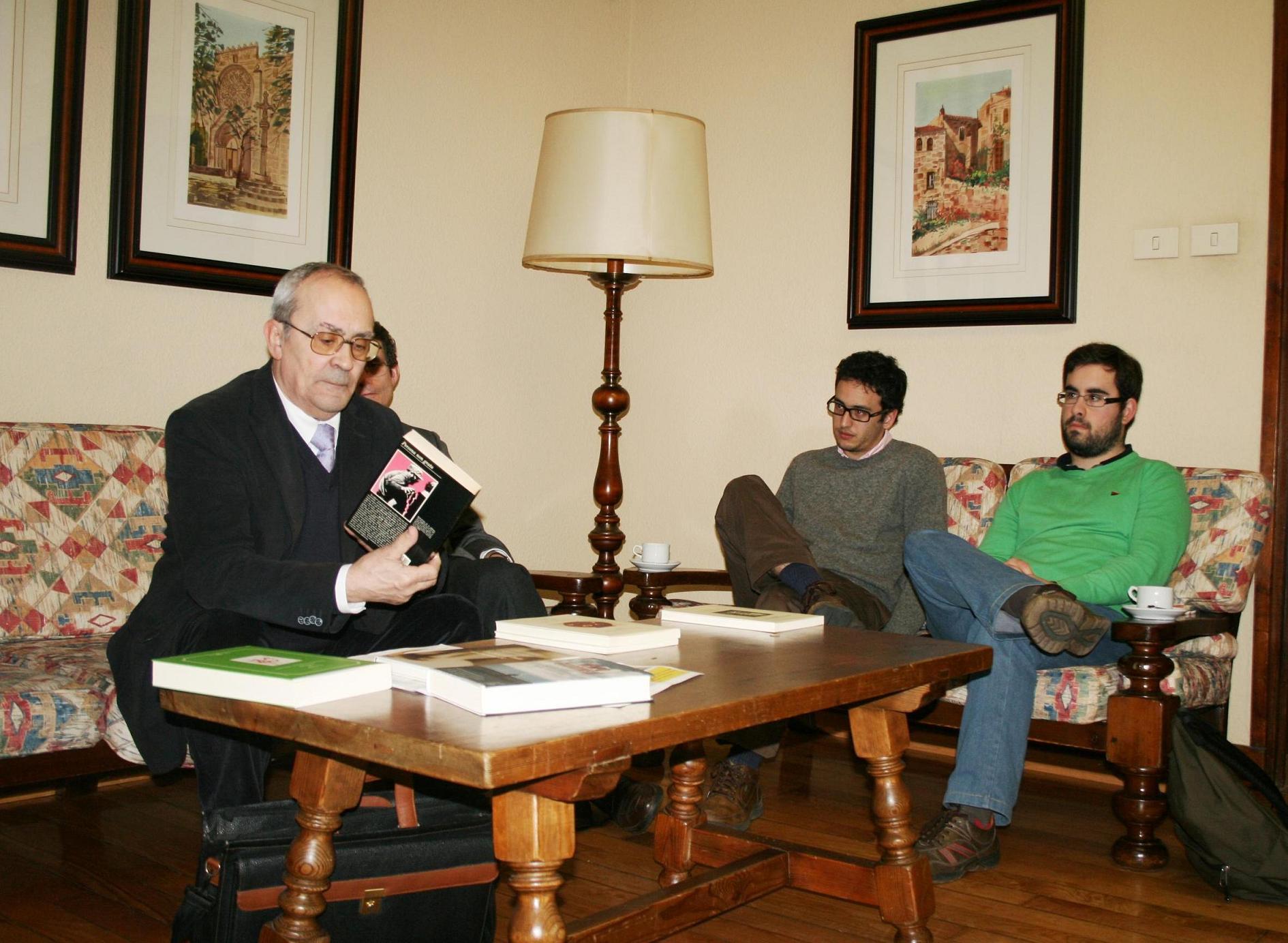 El crítico literario e investigador Luis Alonso Girgado participa en una tertulia en el Colegio Mayor