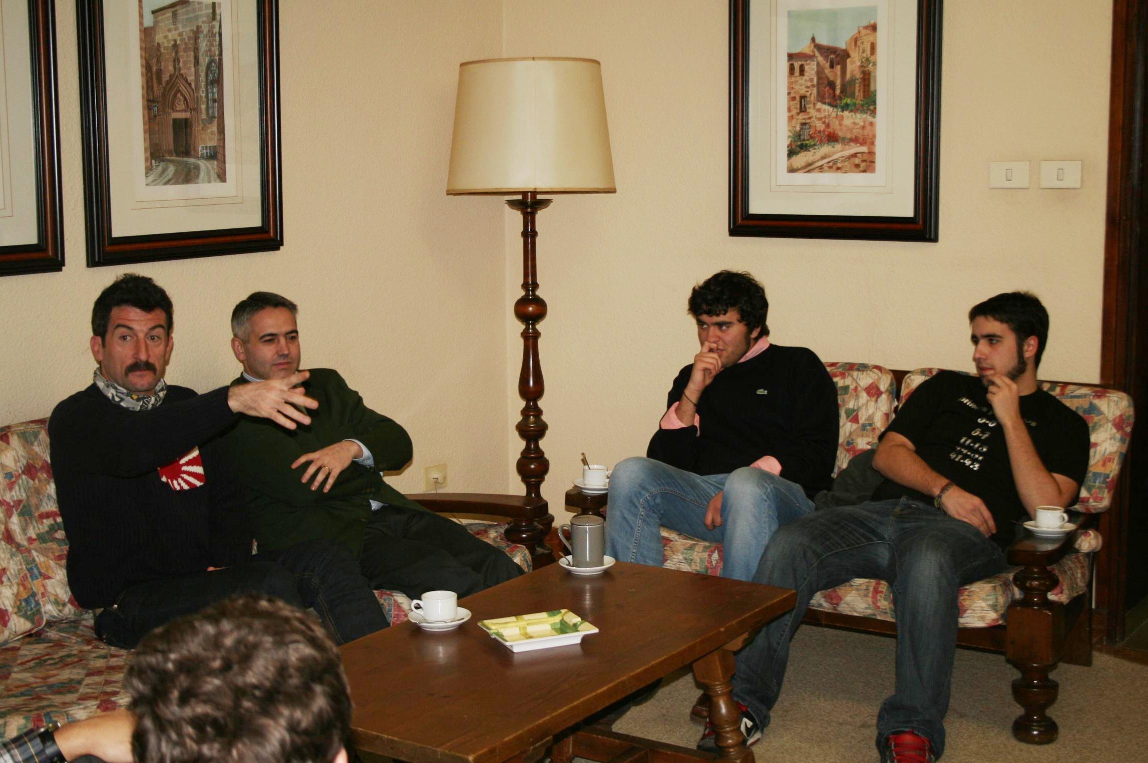 El actor gallego Luis Zahera visitó el Colegio Mayor universitario La Estila para hablar de cine con sus residentes