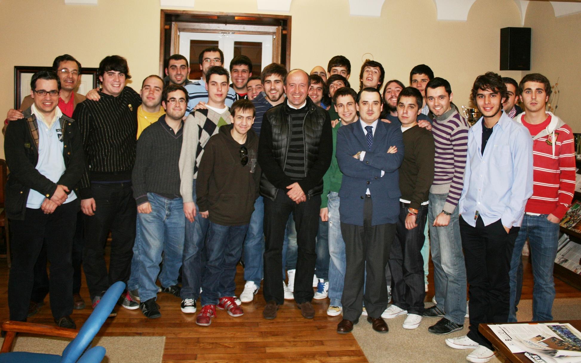 El entrenador del Deportivo de La Coruña, Miguel Ángel Lotina, visita el Colegio Mayor para hablar de fútbol