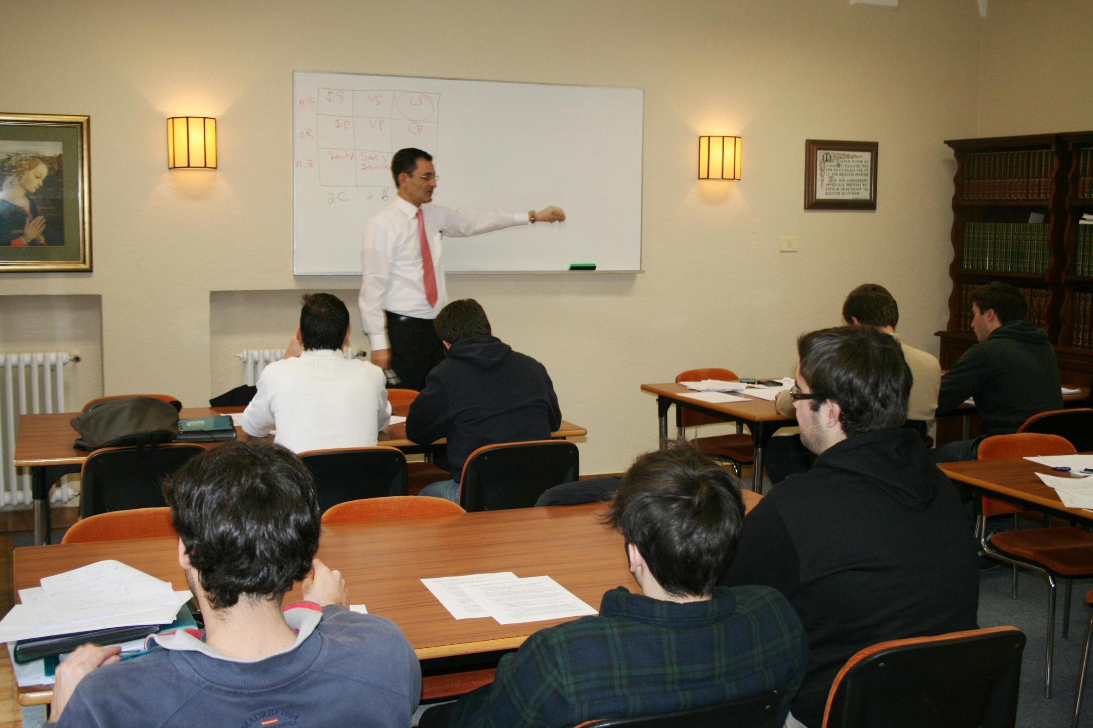 Residentes y socios del club universitario del Colegio Mayor La Estila participan en un programa de liderazgo