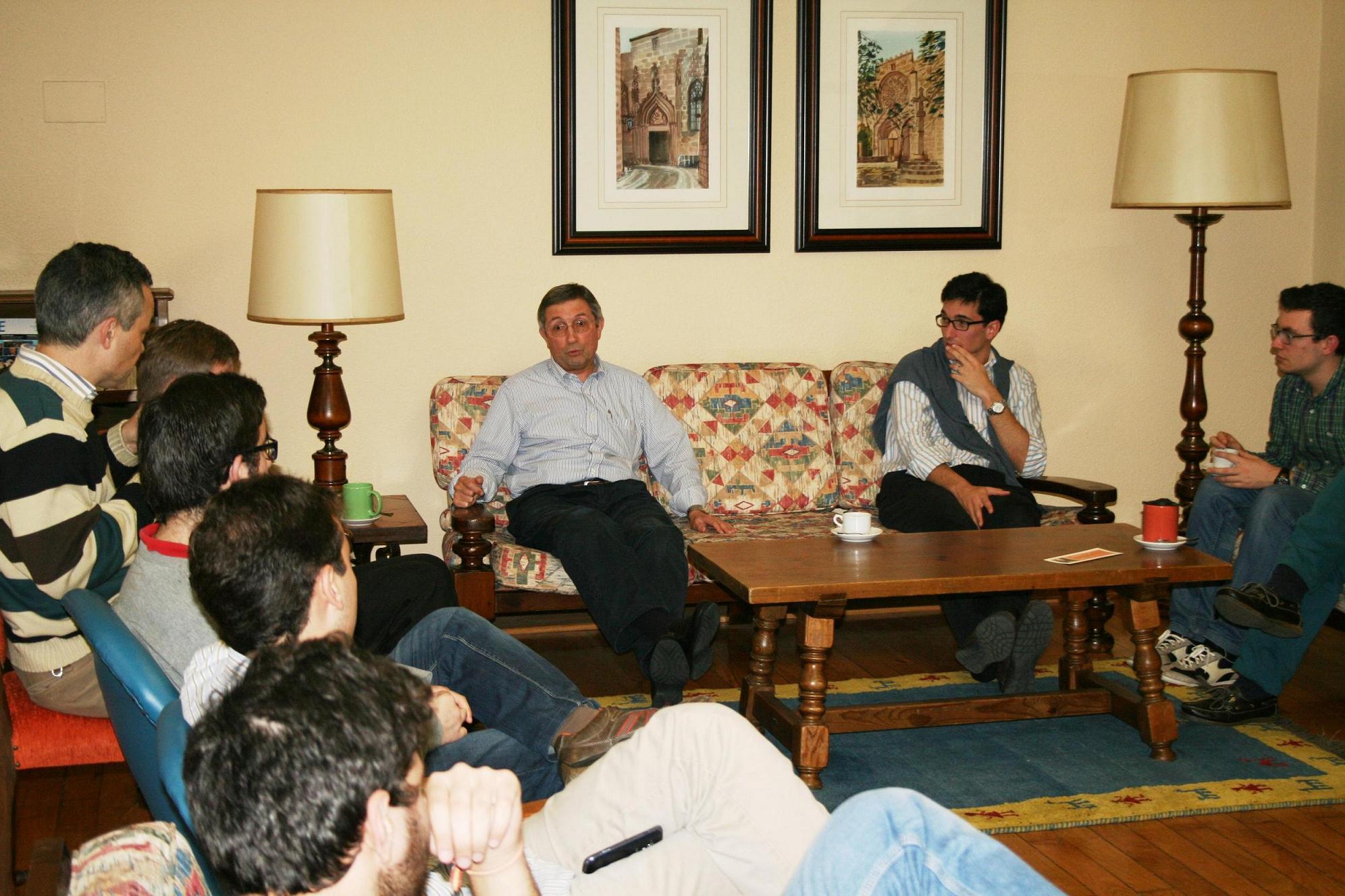 El periodista gallego afincado en Italia Juan Vicente González Boo, participa en una tertulia en el Colegio Mayor