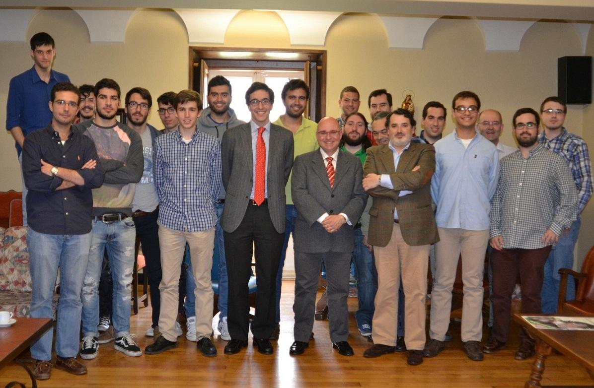 Francisco Reyes candidato del Partido Socialista a la Alcaldía de Santiago de Compostela visita el Colegio Mayor