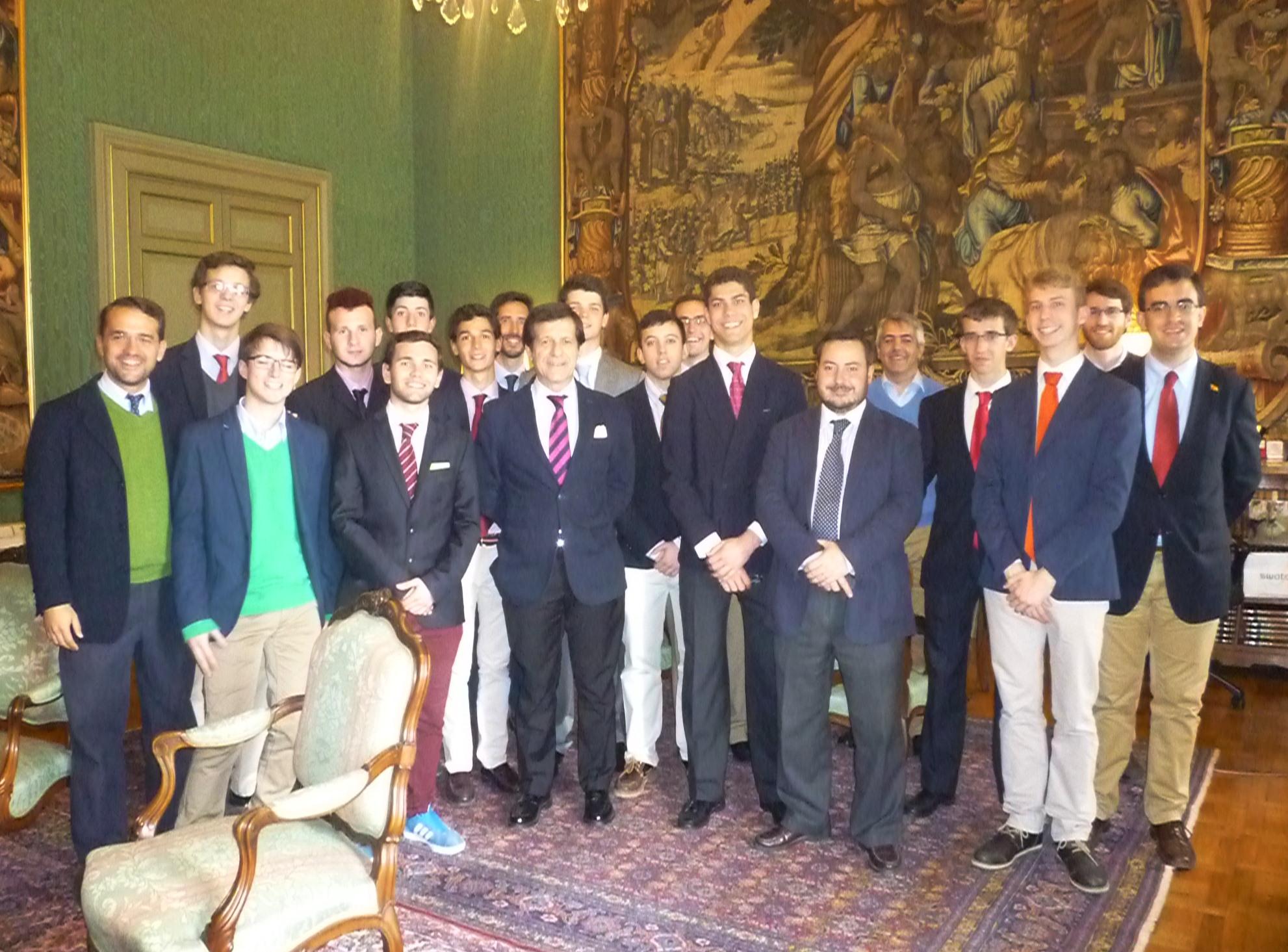 Un grupo de universitario gallegos y de residentes del Colegio Mayor recibidos en Roma por el Embajador de España ante la Santa Sede