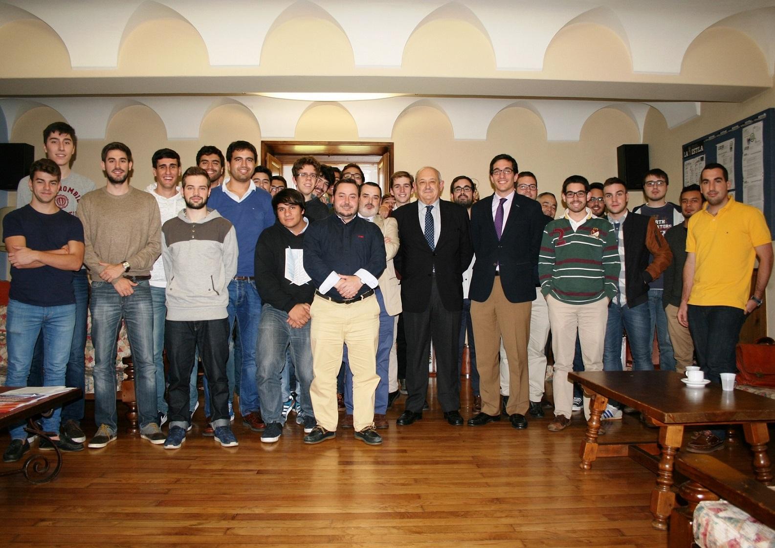 El Comisario Superior de Policía de Santiago de Compostela participa en una tertulia en el Colegio Mayor