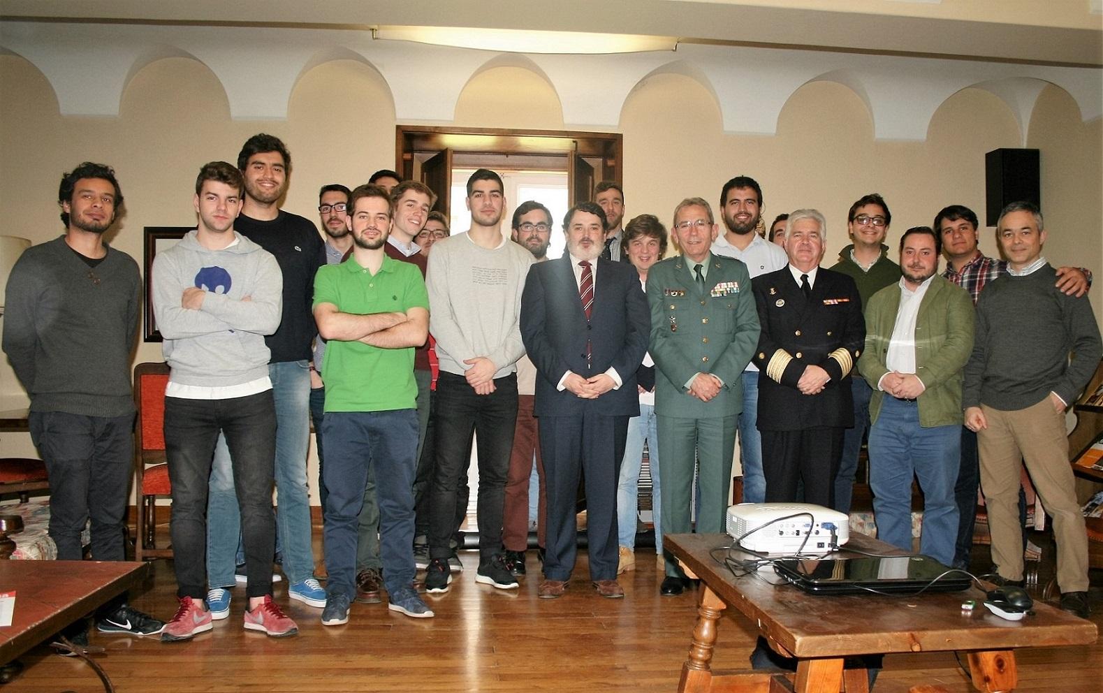 El General Jefe de la Zona de Galicia de la Guardia Civil participa en un encuentro con universitarios en el Colegio Mayor La Estila