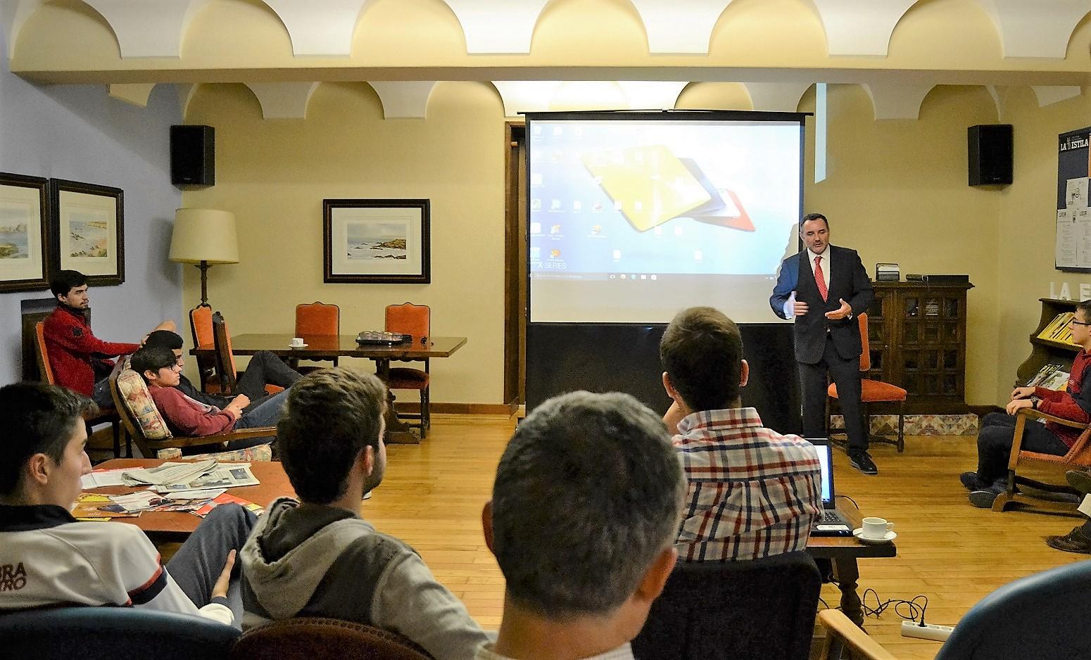 El cirujano plástico José Luis Vila Moriente, participa en una tertulia en el Colegio Mayor