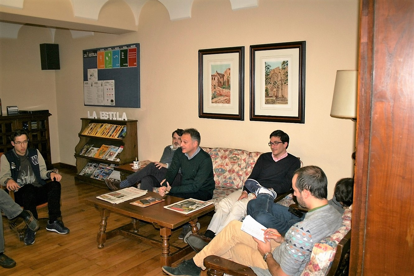 El periodista especializado en tribunales y sucesos, Xurxo Melchor participa en una tertulia con universitarios en el Colegio Mayor