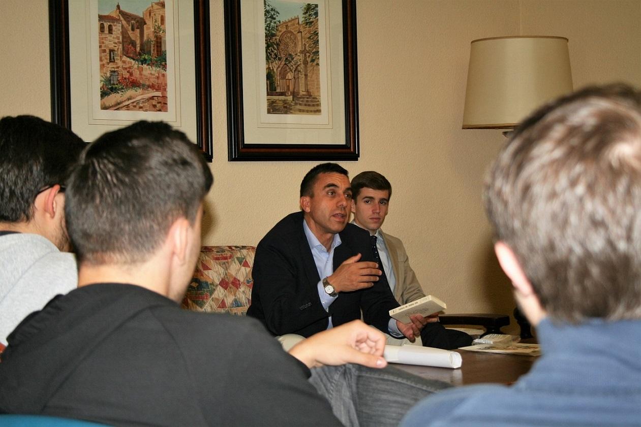 Tertulia en el Colegio Mayor para conocer el funcionamiento de la Agrupación de Tráfico de la Guardia Civil